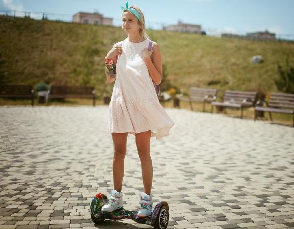 Девушка на двухколесном электрическом самокате без руля